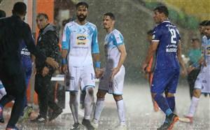 عاقبت بازی زیر باران؛ هر نیمه یک لباس! (عکس)