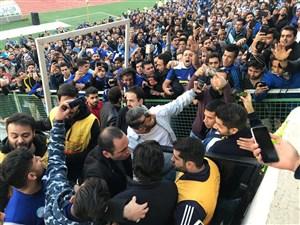 ورود فرهاد مجیدی به ورزشگاه در میان تشویق هواداران