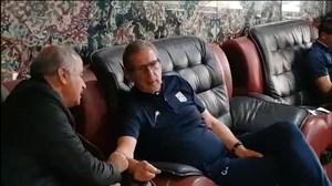 سرمربی تیم تراکتور درحال تماشای بازی پرسپولیس