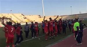 شادی بازیکنان فولاد پس از پیروزی برابر نفت مسجد سلیمان