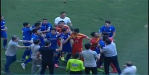 درگیری بازیکنان فولاد - استقلال خوزستان در دقایق پایانی