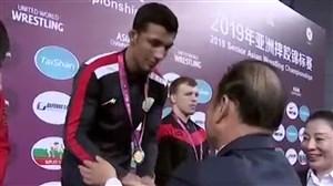 لحظه اهدای مدال طلا به محمدرضا گرایی