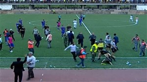 حمله هواداران به کمک داور بازی داماش و نیروی زمینی
