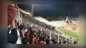 شعار علیه لیکنز و بازیکنان در ورزشگاه یادگار امام