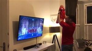 شادی جالب هوادار لیورپول با نوزاد تازه متولد شده