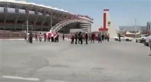 تماشاگران پرسپولیس منتظر ورود به استادیوم فولاد