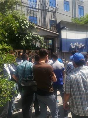 تجمع اعتراضی هواداران جلوی ساختمان استقلال