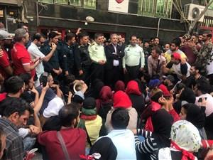 صحبت های ایرج عرب در میان هواداران معترض پرسپولیس