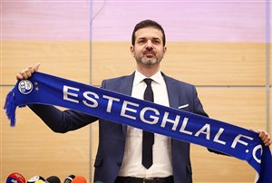 لحظه عقد قرار داد استراماچونی با باشگاه استقلال