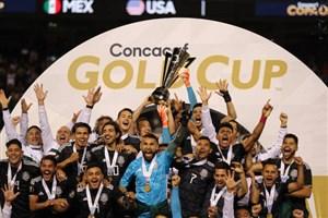 لحظه بالابردن جام طلایی کونکاکاف توسط تیم ملی مکزیک