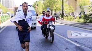 پس از ۱۷ روز: پرچم صلح و دوستی جوان اراکی در تهران به اهتزاز درآمد