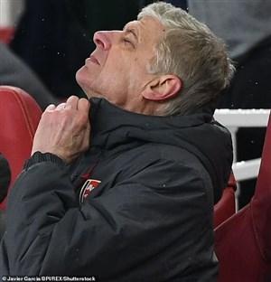 ونگر: بارسا مثل یک تیم بحران زده بازی می کند