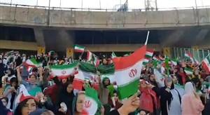 اهتزاز پرچم ایران در جایگاه بانوان