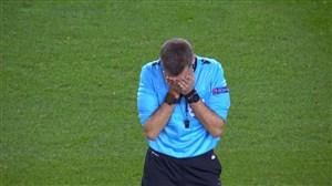 برخورد جالب توپ با داور در بازی بارسلونا - دورتموند
