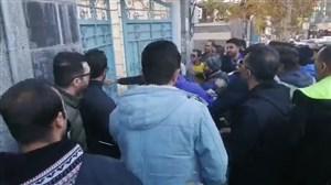 هواداران معترض درب باشگاه استقلال را شکستند
