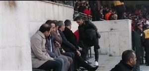 حضور امید عالیشاه در کنار محمد انصاریفرد در جایگاه ویژه
