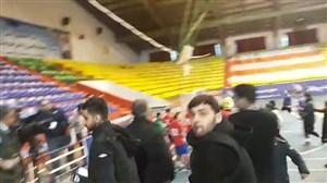 حمله شدیدو فحاشی تماشاگران ساروی به تصویربردار