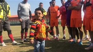 حضور کوچک ترین هوادار فوتبال ایران در تمرین فولاد