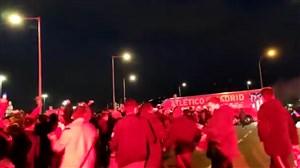آتش بازی هواداران اتلتیکو پس از پیروزی مقابل لیورپول