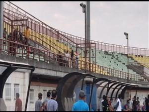 ورود تماشاگران سپیدرود به ورزشگاه باعث توقف بازی شد