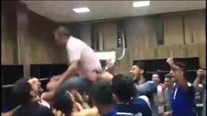 جشن و پایکوبی پیکانیها در رختکن بعد از بقا در لیگ برتر
