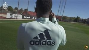 آنسو فاتی در نقش عکاس تیم ملی اسپانیا