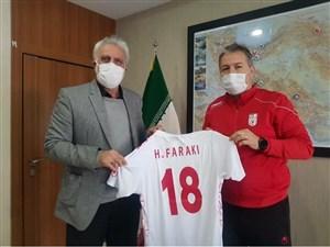 اهدای پیراهن شماره 18 تیم ملی به فرکی (عکس)