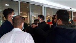 حضور منصوریان و اشک حسین کاظمی در هنگام ورورد به بیمارستان