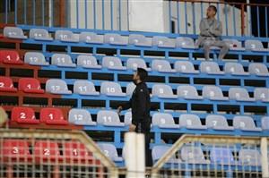 درگیری لفظی مدافع اخراجی با هواداران پشت بامی!(عکس)