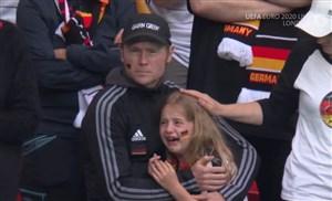 دختر گریان آلمان به یونیسف کمک کرد