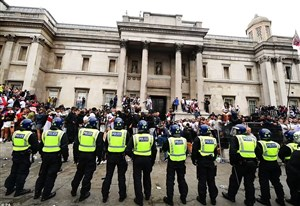 پلیس به دنبال افرادی که به ومبلی یورش بردند(عکس)