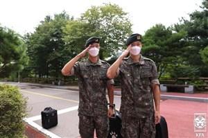 دو کره ای با لباس سربازی در تمرین تیم ملی! (عکس)