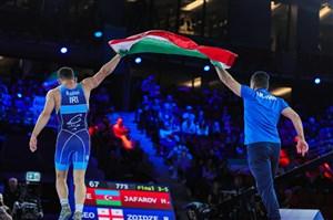 دلخانی و برافراشتن پرچم ایران با تن زخمی (عکس)